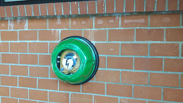 AED direkt links neben dem Eingang